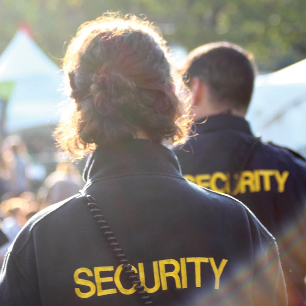 Brandvagter tjekker brandsikkerheden